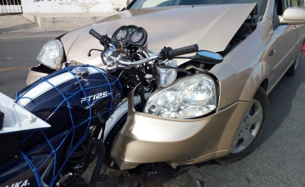 Dormita al volante y embiste a pareja en motocicleta