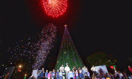 Oriente y poniente de Mérida ya lucen árboles navideños