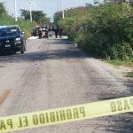 Invade carretera, mata a motociclista y deja lesionada a mujer