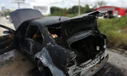 Viaja de Cancún a Mérida con Jetta sin seguro y se le incendia