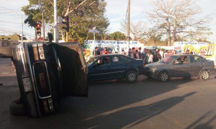 Autobús contra camioneta, con 17 lesionados leves