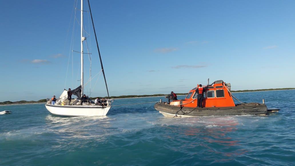 Rescatan navales a estadounidenses varados en alta mar