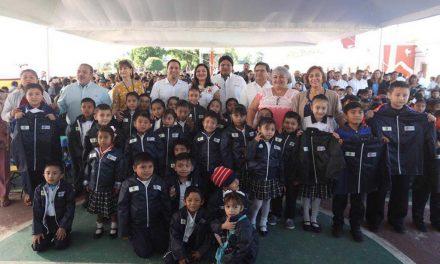 A repartición más de 208 mil chamarras a estudiantes yucatecos