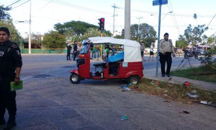 Autobús choca a mototaxi en Xoclán; muere pasajera