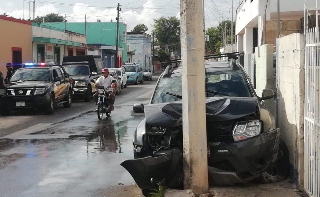 Revisa mensaje en celular mientras conduce y destruye camioneta