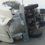 Vuelca carguero en municipio de Progreso