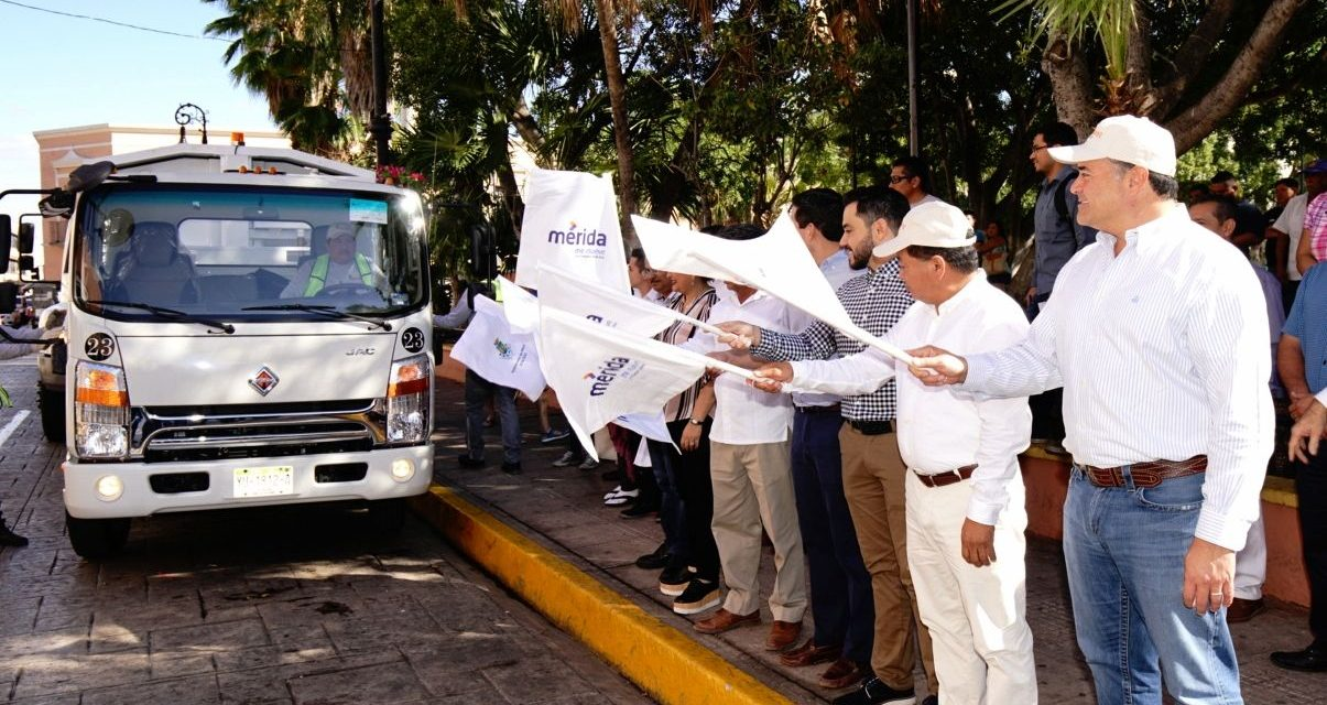 Renán Barrera pone marcha dos modernas unidades recolectoras de basura
