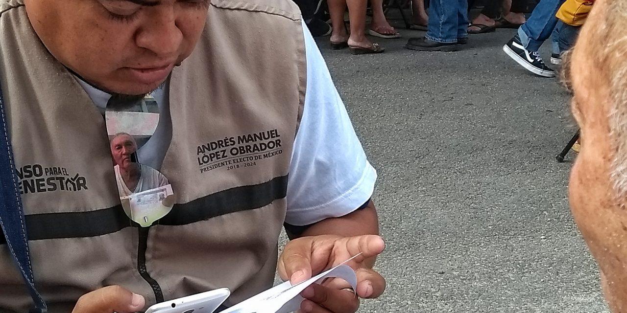 Sol, llovizna, frío y protestas soportan ancianos para recibir pensión del Gobierno