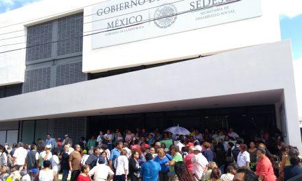 Cierran la puerta a 'viejitos' en ex Sedesol: se rompe tubería de aguas negras