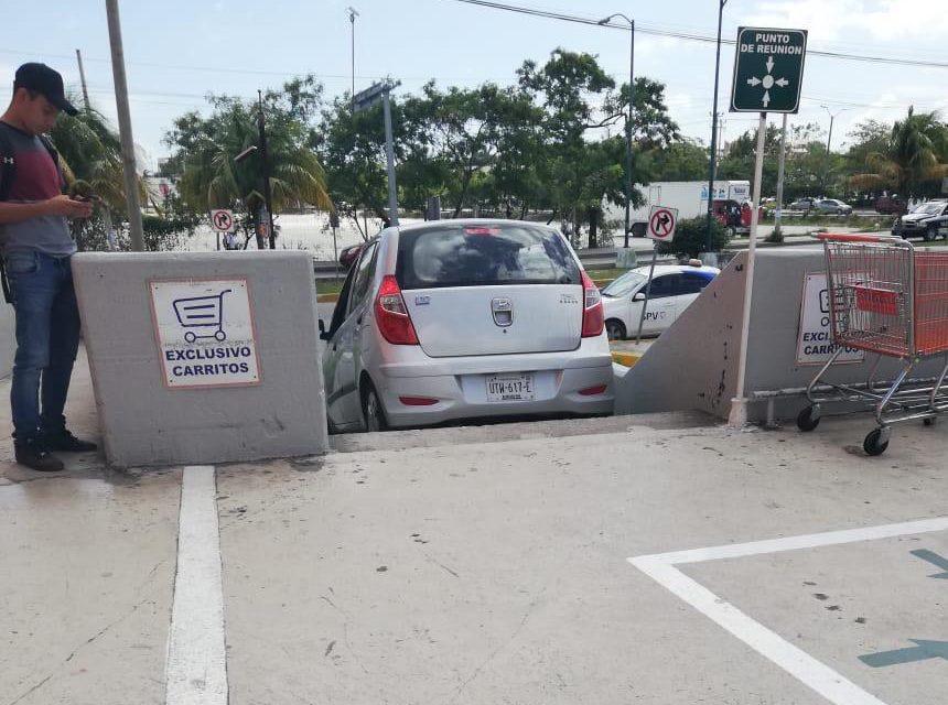 Mira cómo una mujer en Cancún saca su auto en escalera