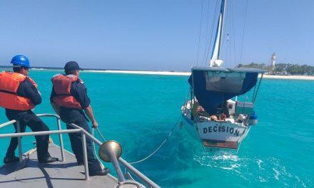 Rescatados tripulantes en velero de EU cerca de Isla Arenas