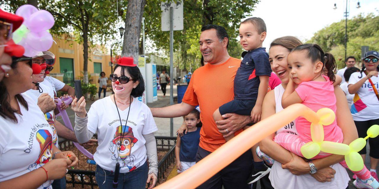 """Renán Barrera y su familia encabezan la """"Caminata por la Familia"""""""
