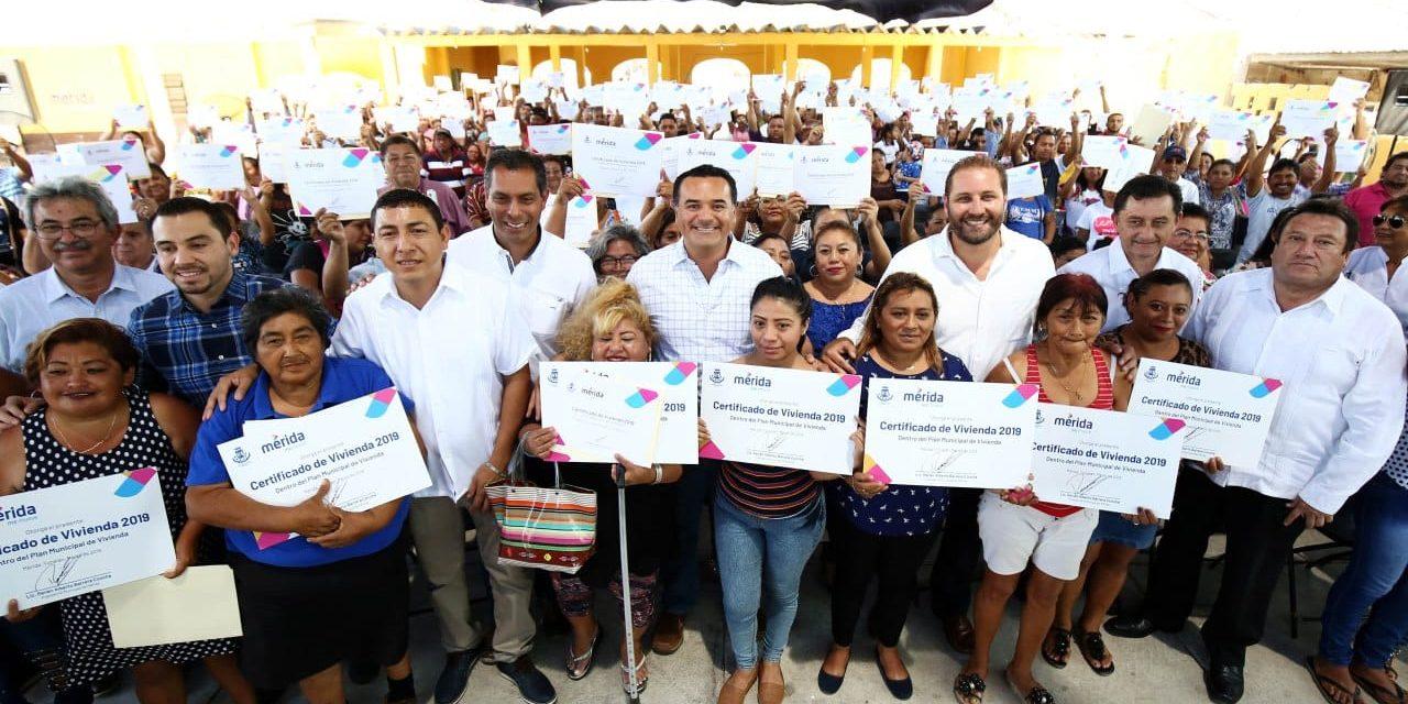 Lleva Renán a familias 485 certificados de acciones de vivienda