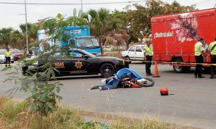 Motocicleta contra March en periférico; muere uno
