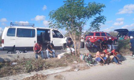 Camioneta con nueve albañiles choca a Tiida en la Mérida-Tetiz