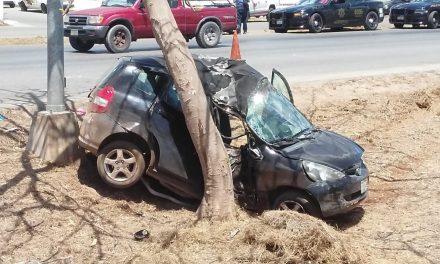 """Destroza su vehículo en periférico y ella """"muy grave"""""""