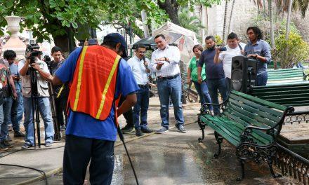 Brigada de limpieza en parques del centro histórico de Mérida