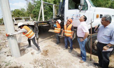 Supervisa Renán Barrera ampliación de red de energía eléctrica en  comisaría de Tixcacal