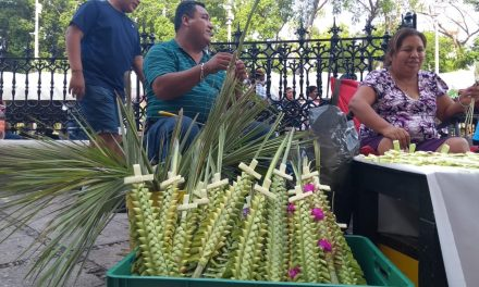 Mucha fe, pero pocas ventas de objetos de palma en Domingo de Ramos