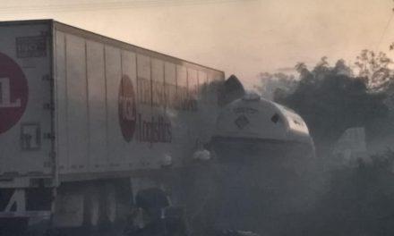 A punto de tragedia: chocan pipa, tráiler y otros 5 vehículos (Vídeo)