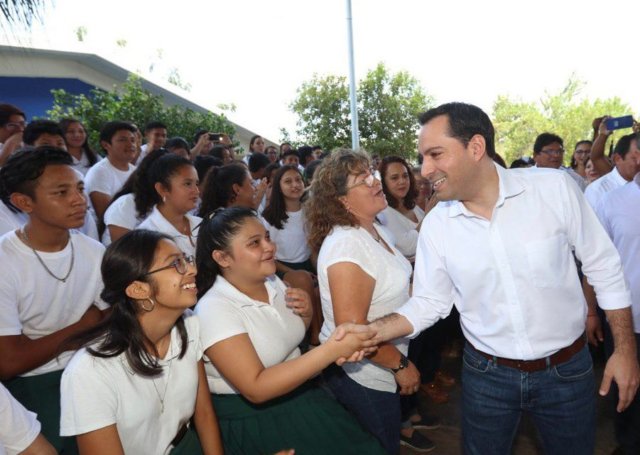 Entrega Vila becas a estudiantes de nivel preparatoria
