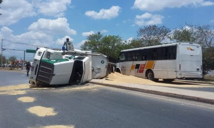 Excede velocidad, vuelca y casi arrastra a autobús de pasajeros