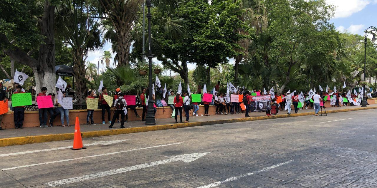 """Con """"cadena humana"""" presionan por becas federales (Vídeo)"""