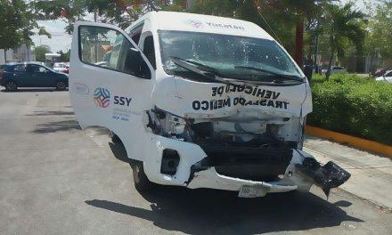 Policía en ambulancia, con enfermos a consulta, choca en la Itzáes
