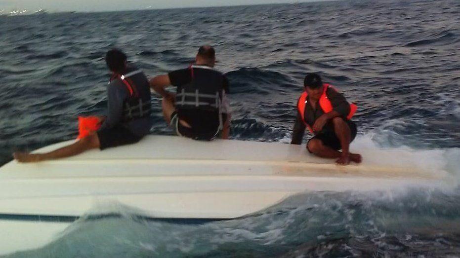 Vuelca lancha y quedan a la deriva a 16 kilómetros de Progreso