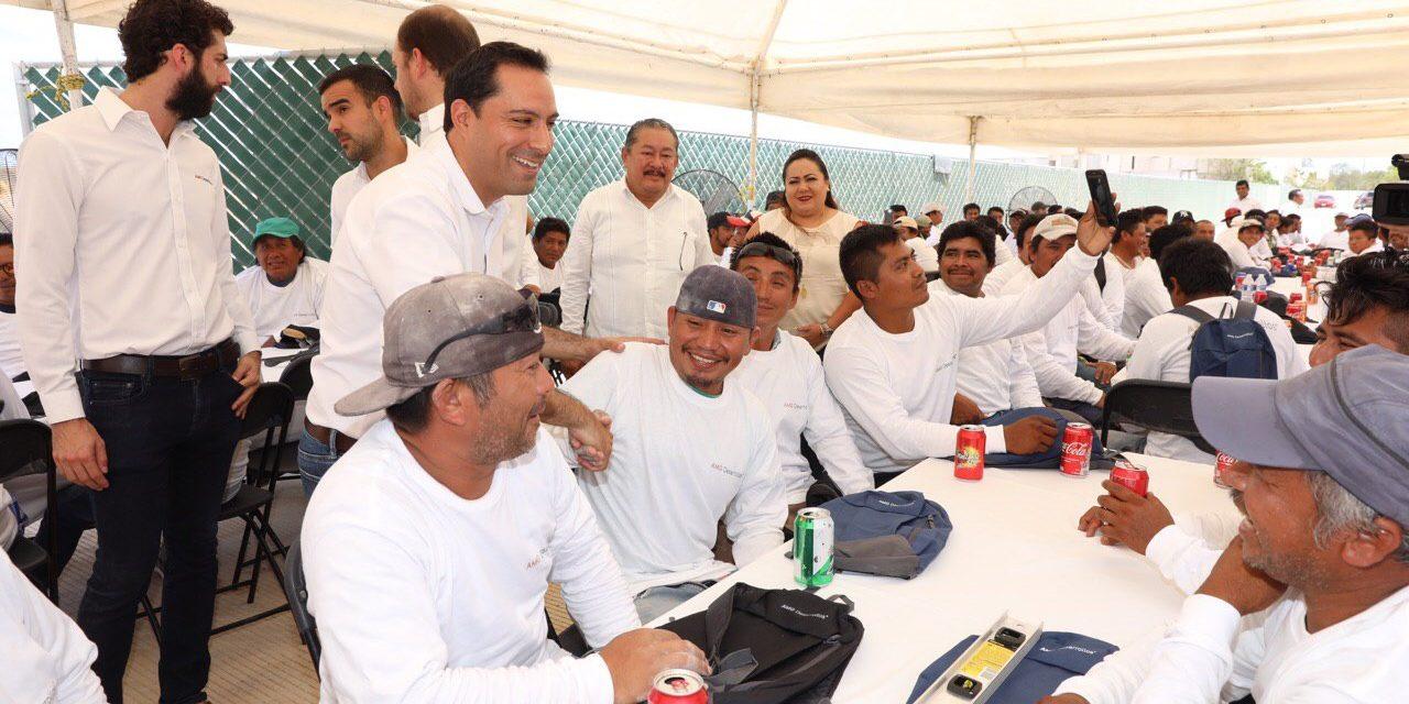 Día de la Santa Cruz: convive gobernador Vila con albañiles