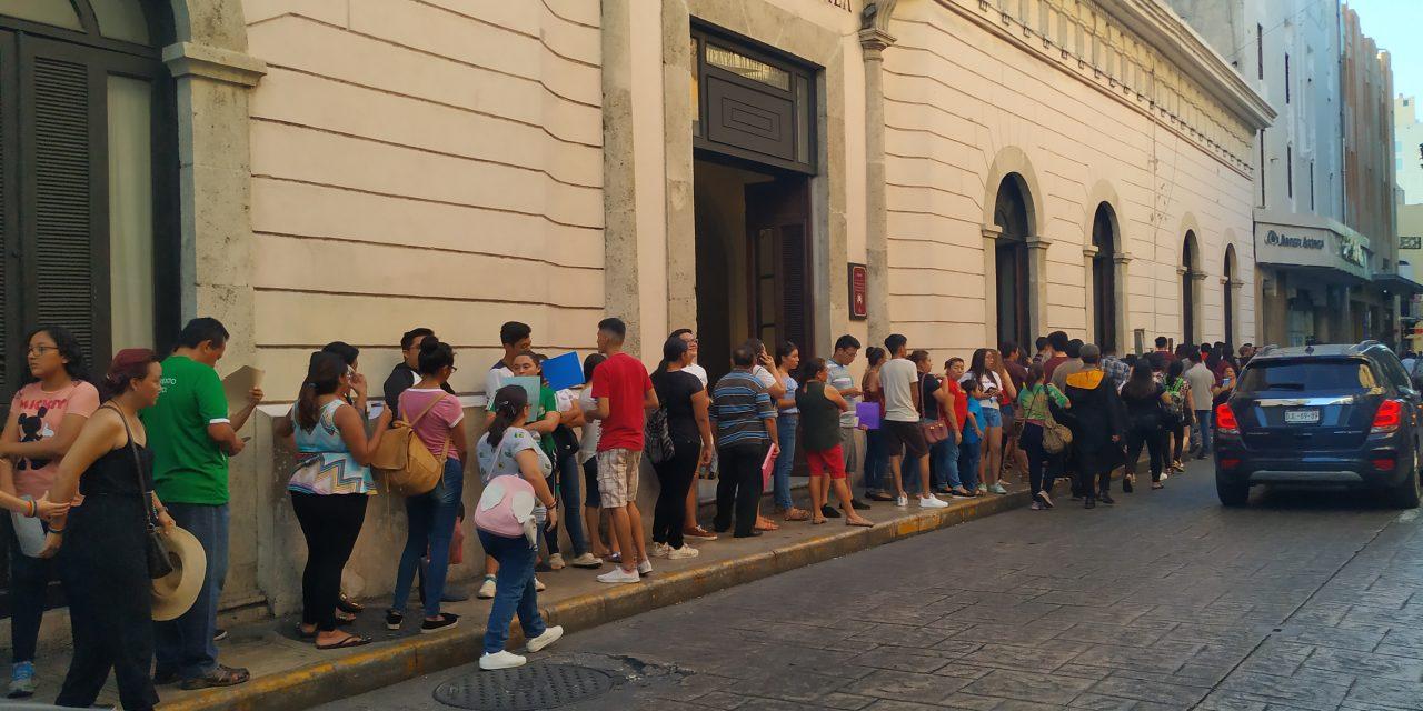 Largas filas y líos por pago de becas Benito Juárez en Yucatán