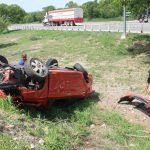 Fiesta de domingo termina con volcadura y auto 'destrozado'