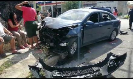 Con camioneta sin seguro destruye otro automóvil (Video)