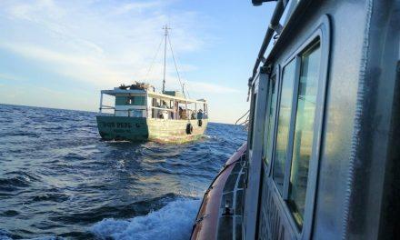 Pesca, se rompe la espalda y lo rescatan a casi 89 km mar adentro