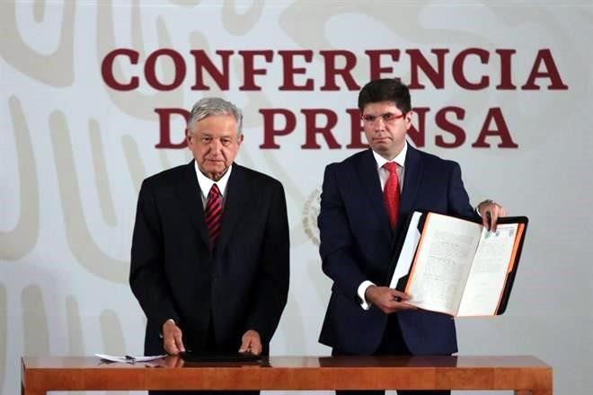 Firma AMLO ante notario documento de No Reelección