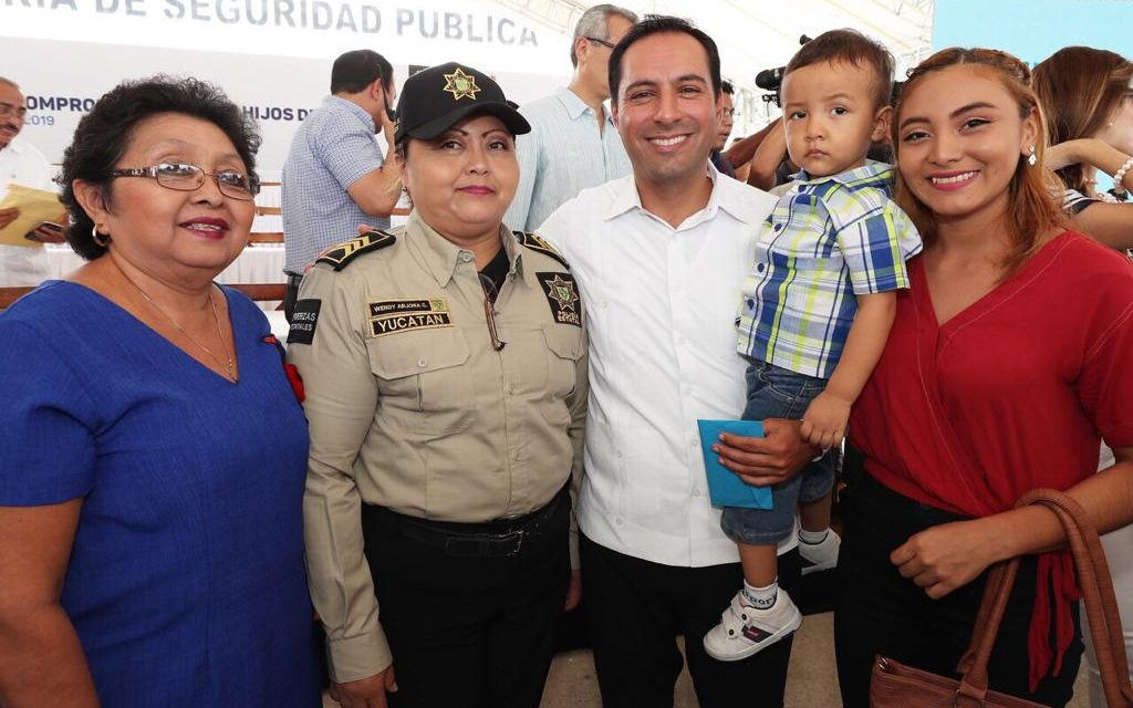 Inicia entrega de becas universitarias para hijos de policías yucatecos
