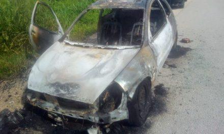 Sale auto del taller, se lo lleva y se quema