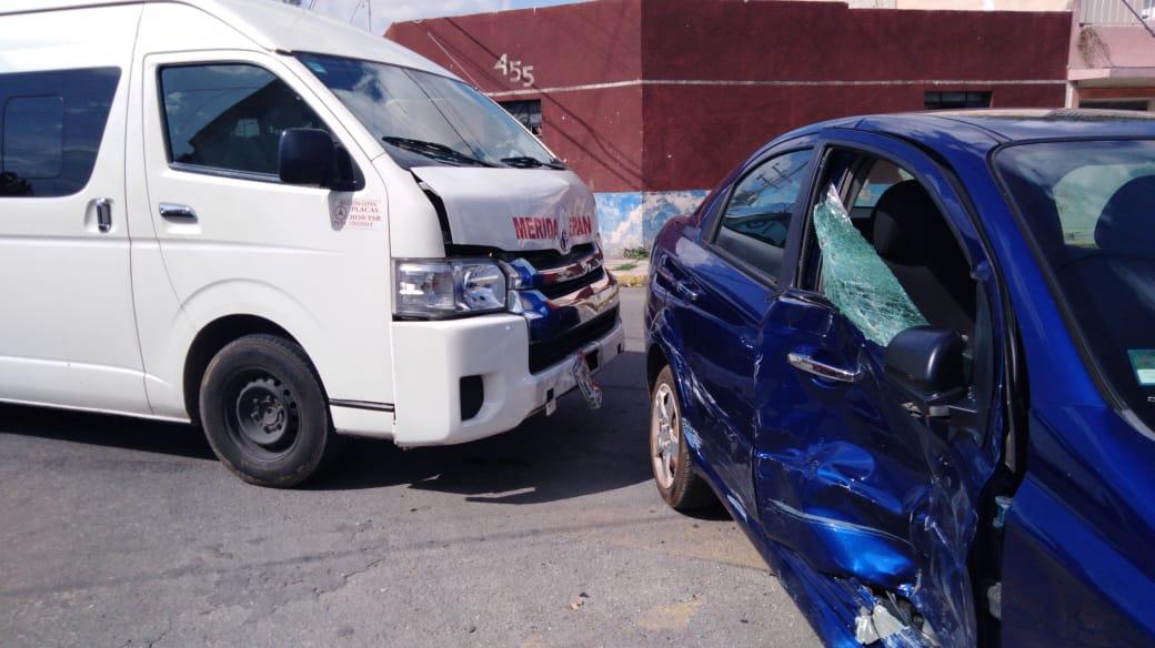 Encontronazo en centro de Mérida: camioneta con pasajeros contra Aveo