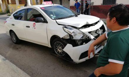 Otra de taxistas: dormita y choca auto estacionado en vía pública