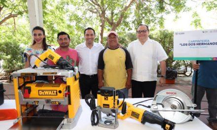 Mauricio Vila entrega maquinaria y equipos a pequeños negocios