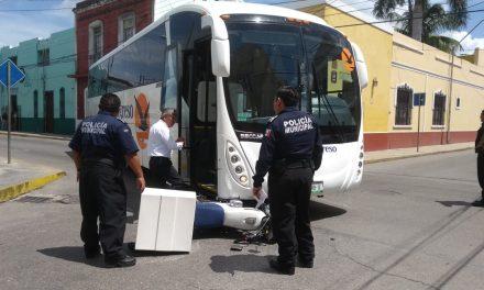 Vive de milagro: lo embiste autobús y resulta con lesiones leves