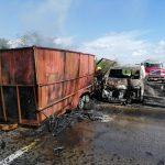 Choque e incendio de camioneta; conductor con quemaduras