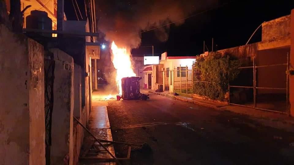 Prenden fuego en palacio municipal de Oxkutzcab y queman patrullas (Video)