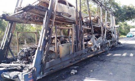 Tráiler y de 6 a 10 autos nuevos incendiados en la Mérida-Campeche (Video)