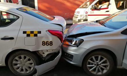 Ebrio reconvenido, intenta engañar a policías y choca contra taxi