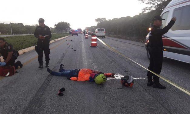 Derrapa motociclista y es arrollado por transporte colectivo