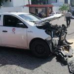 En sentido contrario, taxi con pasajeros no respeta alto y provoca volcadura (Video)