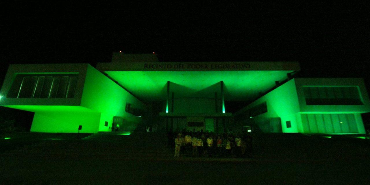 Congreso se ilumina de verde con motivo del Día Mundial del Cáncer Cervicouterino.
