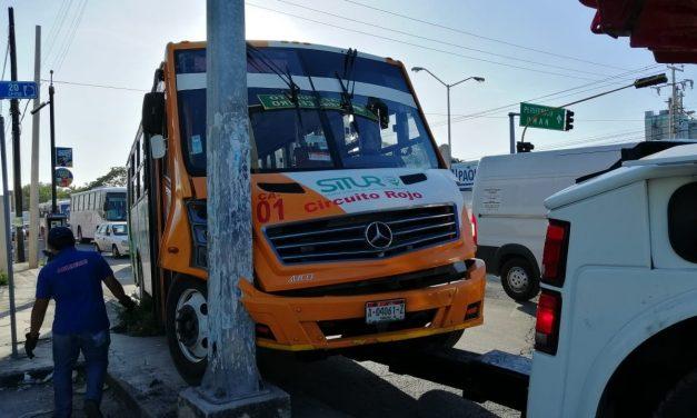 Riña en camión urbano acaba en choque del autobús