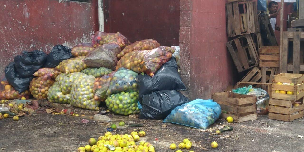 Tiran toneladas de frutas y verduras por bajas ventas